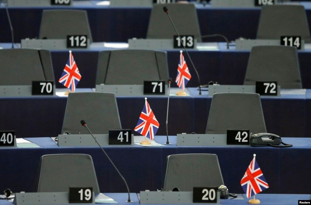 프랑스스트라스부르의 영국 의회에서 열린 유럽의 미래를 의논하는 회의에 앞서 영국의 국기가 책상에 꽂혀 있다.