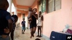 Haitianos que perdieron sus casas en el huracán Matthew se distraen en la escuela donde se refugiaron en el pueblo de Mersan, distrito de Les Cayes, Haití. Domingo 16 de octubre, 2016.