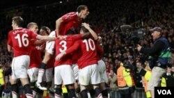 Para pemain Manchester United merayakan gol yang dicetak Park Ji-Sung dalam leg kedua perempat final Liga Champions di Old Trafford hari Selasa (12/4).