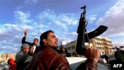Người biểu tình Libya cầm vũ khí trong lúc hô khẩu hiệu chống ông Gadhafi trong một cuộc biểu tình tại Tobruk, ngày 23/2/2011