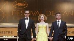 Từ trái, diễn viên Sean Penn, Jessica Chastain và Brad Pitt tại Liên hoan Phim Cannes, 16/5/2011