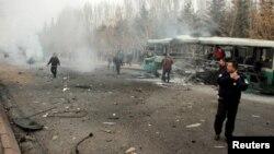 Warga memeriksa sebuah bus yang terkena ledakan di Kayseri, Turki, 17 Desember 2016 (Turan Bulut/ Ihlas News Agency via REUTERS).