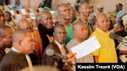 Haya Amadou Sanogo, chef de l'ex-junte malienne, troisième à droite, comparait à côté de ses avocats et de ses accusés devant la cour d'assises de Sikasso, dans le sud du Mali, 6 décembre 2016. (VOA/Kassim Traoré)