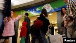 Para penumpang antri untuk pemeriksaan keamanan di bandara Congonhas, Sao Paulo, Brazil (18/7) menjelang acara pembukaan Olimpiade di Brazil.