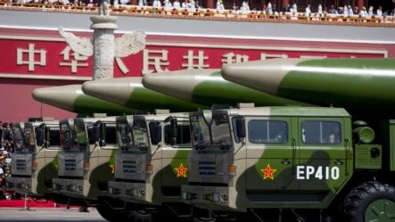 东风26型弹道导弹展示经过天安门广场。