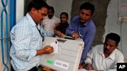 Petugas pemilu di distrik Kandhamal district, negara bagian Orissa, India timur (10/4). (AP/Biswaranjan Rout)