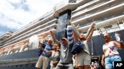 威士特丹號郵輪的乘客2020年2月14日在柬埔寨西哈努克港下船後的興奮反應。(資料照片)