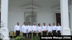 Menteri Energi dan Sumber Daya Mineral Archandra Tahar (paling kanan) berfoto bersama para menteri hasil reshuffle kabinet kerja di teras belakang Istana Merdeka Jakarta, Rabu, 27 Juli 2016. (VOA/Andylalal)
