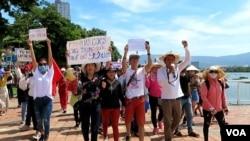 Nhóm đi đầu trong cuộc biểu tình lúc sáng Chủ Nhật, 10 tháng Sáu.