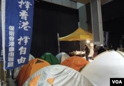 多名示威者一連8晚在政府總部外紥營留守,將留守至1月16日梁振英宣讀施政報告當天