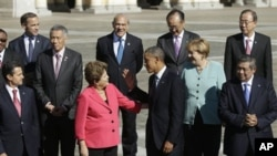 U.S. President Barack Obama, center, talks with Brazil's President Dilma Rousseff during group photo, G-20 summit, Konstantin Palace, St. Petersburg, Sept. 6, 2013.