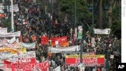 Евро-зоната се договори како да и` помогне на Грција