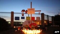 美国利福尼亚州圣伯纳蒂诺2015年12月2日发生一起枪击惨案后,人们举行烛光守夜活动