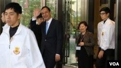 国民党总统候选人朱立伦在演说结束后步出饭店 (照片来源:美国之音李逸华拍摄)