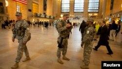 Солдаты Национальной Гвардии патрулируют Центральный вокзал Нью-Йорка. 16 апреля 2013 года