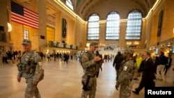 Des membres de la Garde nationale dans la gare de Grand Central Terminal à New York, le 16 avril 2013.