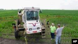 伊利诺斯州中部农民正在添加除草剂农达