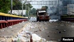 Uno de los camiones usados para transportar ayuda humanitaria a Venezuela que fue quemado en el puente Francisco de Paula Santander, en la frontera entre Venezuela y Colombia, el 23 de febrero de 2019.
