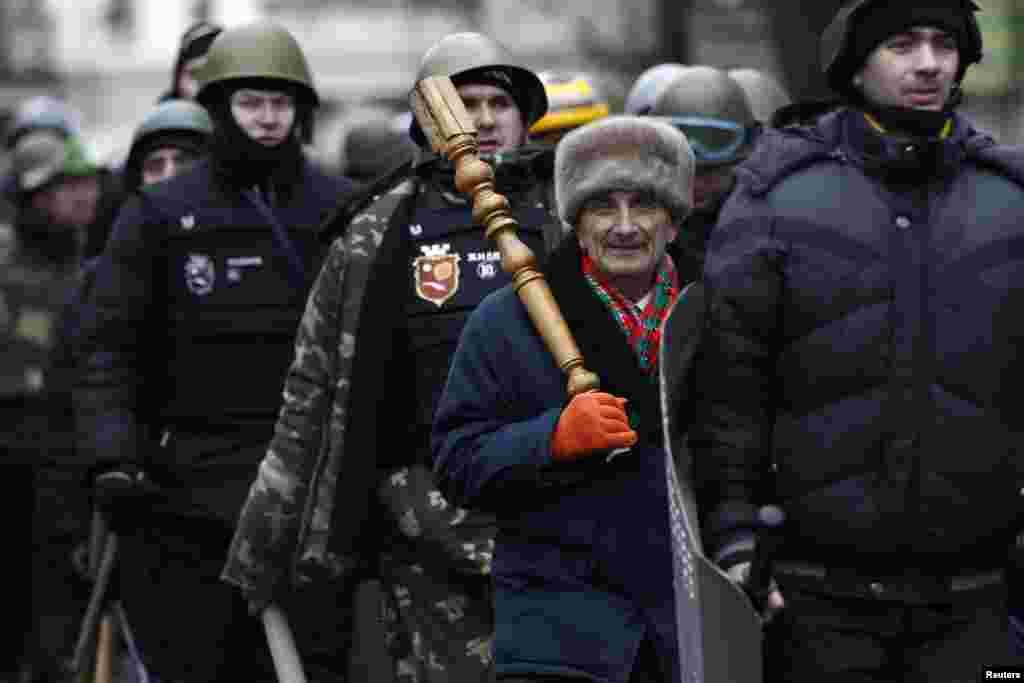 Kiyevda parlament binosini qo'riqlayotgan fuqarolar.