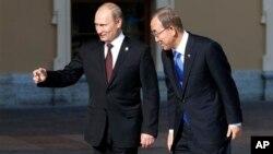 Ban Ki-moon (der.) es recibido en la cumbre del G-20 por el anfitrión, el presidente ruso Vladimir Putin.