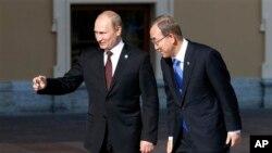 聯合國秘書長潘基文9月5日抵達聖彼得堡舉行的G20經濟峰會﹐東道國俄羅斯總統普京相迎。