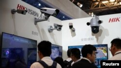 杭州海康威视生产的监控设备2019年5月24日在中国上海参加一个安全设备展览。