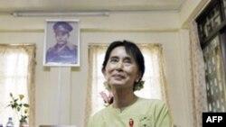 Nhà lãnh đạo đấu tranh cho dân chủ Miến Ðiện Aung San Suu Kyi trong cuộc phỏng vấn do AP thực hiện. Bức ảnh thân phụ bà treo phía sau