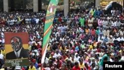 Des milliers de supporters du parti Zanu PF se sont rassemblés autour du siège social du parti pour montrer leur soutien au président Robert Mugabe