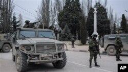 အမွတ္အသားမေဖာ္ျပတဲ့ စစ္ဝတ္စံုနဲ႔အေစာင့္အား Sevastopol ၿမိဳ႕အျပင္ဘက္ Balaklava အရပ္မွာ ေတြ႔ရစဥ္။ (မတ္လ ၁၊ ၂၀၁၄)