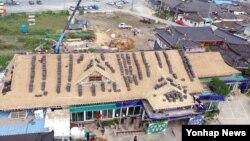 지진피해가 잇따른 경주에 성금과 자원봉사 손길이 몰리고 있는 가운데, 23일 현지 주민들이 한옥마을 인근 기와집을 복구하고 있다.
