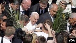 ສັນຕະປາປາ Francis ຖືກຮັບຕ້ອນ ຈາກບັນດາຊາວໜຸ່ມ ທີ່ ຈະຕຸລັດ St Peter's ທີ່ສຳນັກວາຕິກັນ ໃນນະຄອນຫລວງ ໂຣມ ຂອງປະເທດ ອີຕາລີ, ວັນທີ 13 ເມສາ 2014.