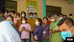 Cambodian onlookers watch Prime Minister Hun Sen gets the AstraZeneca COVID-19 shot at Calmette Hospital, in Phnom Penh, Cambodia, March 4, 2021. (Khan Sokummono/VOA Khmer)