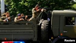 Para pemberontak pro-Rusia siaga di kota Donetsk, Ukraina timur (foto: dok).