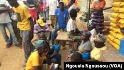 Les familles en attente d'aide alimentaire à Loutété, le 2 septembre 2017/ (VOA/Ngouela Ngoussou)