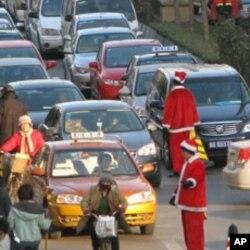 指挥车辆的人也穿上了圣诞老人服