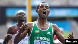 Kenenisa Bekele (à droite) fête sa victoire dans le cadre de la course des 5000 mètres au stade Olympique, à Berlin, le 23 août 2009.