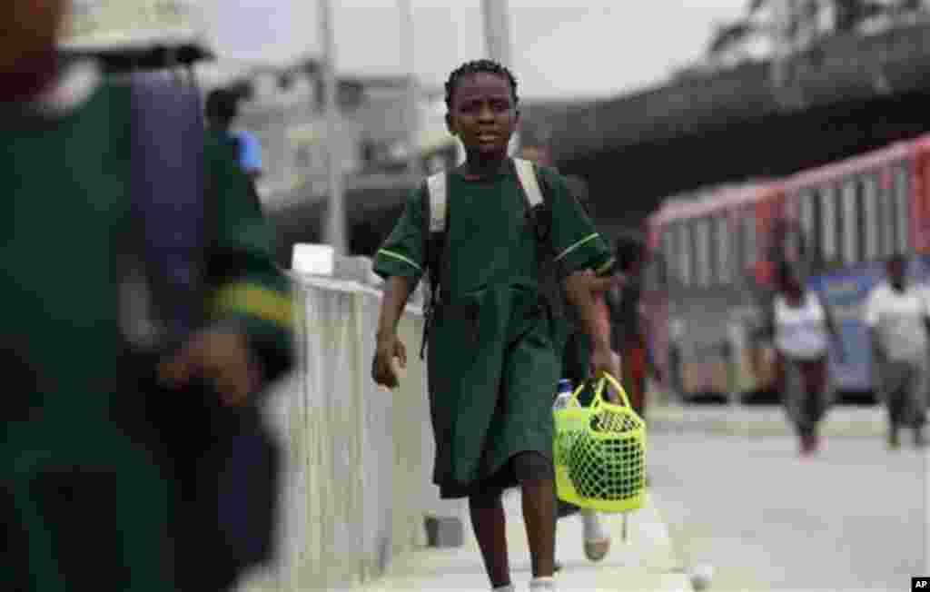 11일 나이지리아 라고스의 버스 정거장 주변을 지나는 소녀.