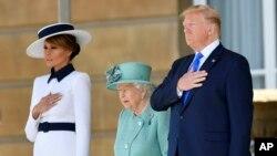 Президент США Дональд Трамп и первая леди Мелания Трамп с британской королевой Елизаветой II в саду Букингемского дворца в Лондоне, 3 июня 2019 года