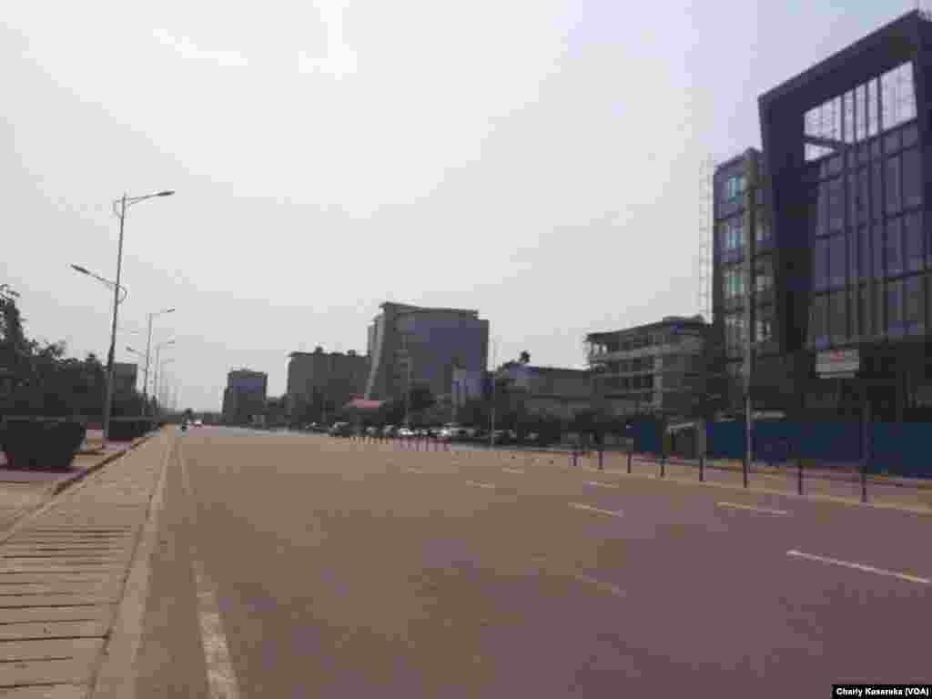 Sur le boulevard du 30 juin à Kinshasa, en République démocratique du Congo, le 19 décembre 2016. (VOA/Charly Kasereka)