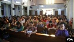 Umat Katolik mengikuti misa di gereja di Banda Aceh, Desember 2014. (VOA/Zinlat Aung)