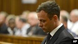 Oscar Pistorius en la corte, después que la jueza Thokozile Masipais lo sentenciara a cinco años de prisión, el 21 de octubre, de 2014.