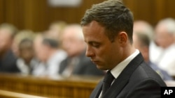 Oscar Pistorius akan dibebaskan dari penjara pekan depan dan dipindahkan ke tahanan rumah (foto: dok).