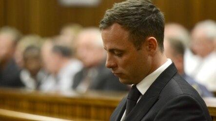 Oscar Pistorius ngồi trước tòa sau khi bị tuyên án 5 năm tù, 21/10/14