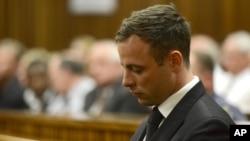 Oscar Pistorius, lors du procès sur l'assassinat de sa petite amie à Pretoria, en Afrique du Sud, le 21 octobre 2014 (AP Photo/Herman Verwey, Pool)