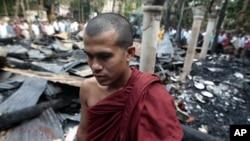 Un monje budista de Bangladesh observa un templo que fue incendiado en el distrito Bazar de Cox.