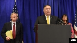 마이크 폼페오 미국 국무장관(가운데)과 니키 헤일리 유엔주재 미국대사, 존 볼튼 백악관 국가안보보좌관이 24일 유엔총회가 열리는 뉴욕에서 기자회견을 했다.
