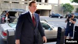 도널드 트럼프 대통령의 고위 선거 참모를 지냈던 폴 매너포트 씨가 지난 6월 워싱턴 연방법원에 출석하고 있다.
