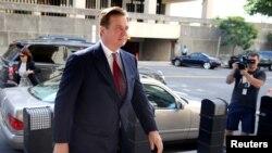 El ex jefe de campaña de Donald Trump, Paul Manafort llega a la corte para una tercera audiencia de inculpación por cargos presentados en su contra por el fiscal especial Robert Mueller. Foto del 15 de junio de 2018. REUTERS/Jonathan Ernst.