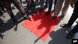 Tư liệu- Dân Ấn độ giẫm chân lên lá cờ Trung quốc trong một cuộc biểu tình chống Bắc Kinh ở bang Jammu, Ấn độ. Ảnh chụp ngày 17/6/2020. (AP Photo/Channi Anand, File)