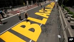 """2020年7月9日紐約特朗普大廈前的第五大道上的""""黑人的命也是命""""路畫。"""